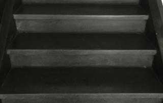 Steinbodenreinigung am Beispiel Treppe
